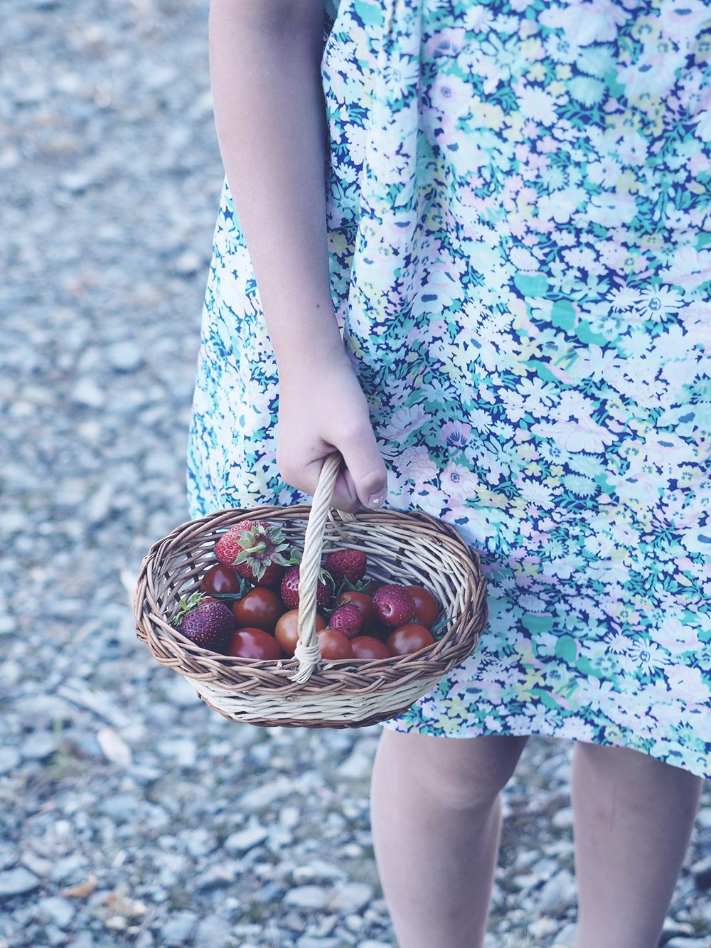 fillette-panier-fleurs