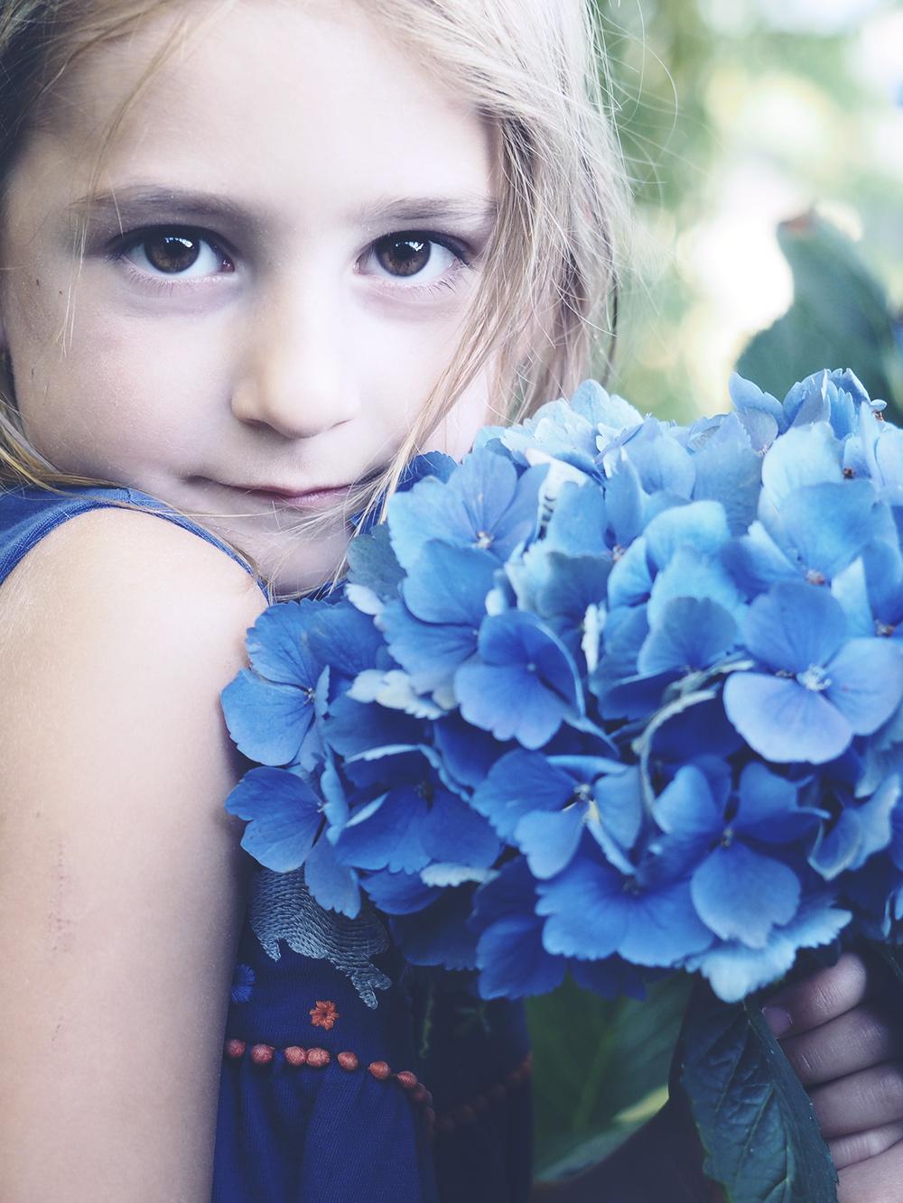 jeune-fille-hortensias