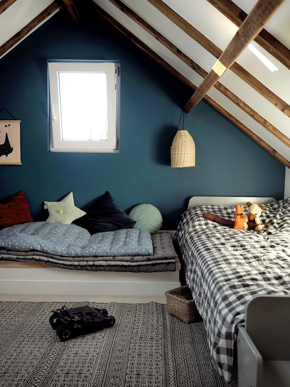une chambre sous les toits minireyve. Black Bedroom Furniture Sets. Home Design Ideas